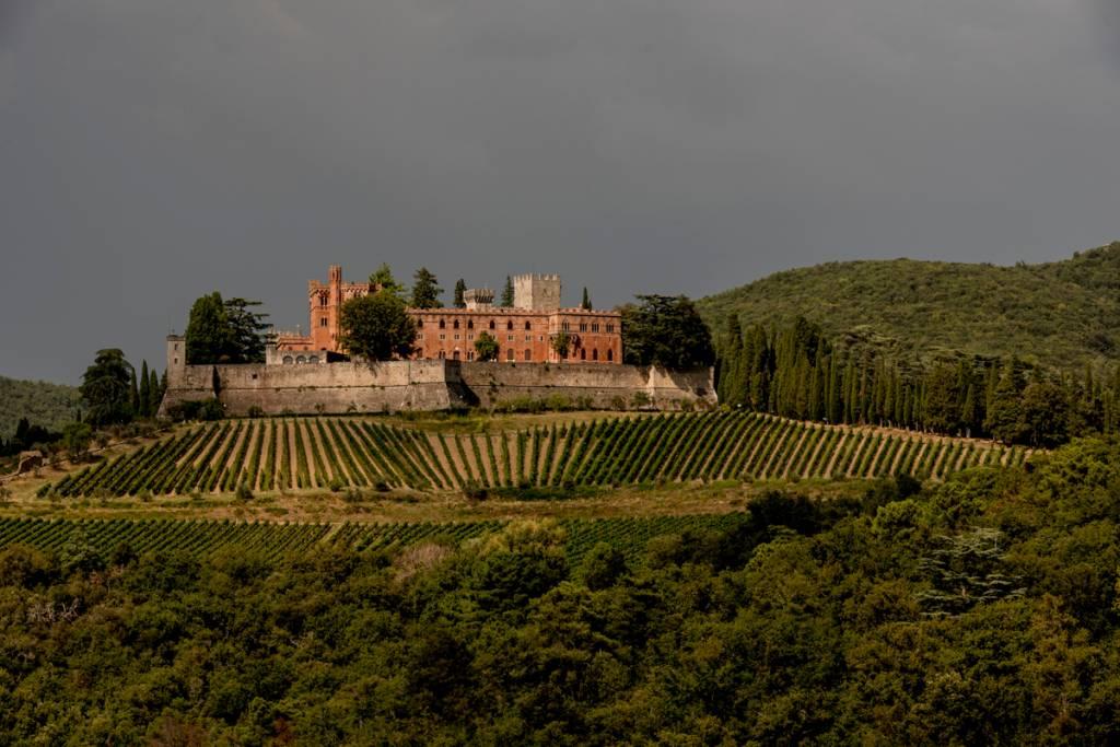 Vista do Castello di Brolio, cercado de vinhedos: o berço do Chianti Classico