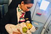 Patrisha Organo, a comissária da Phillipine Airlines que conquistou as redes sociais por amamentar o bebê de uma passageira