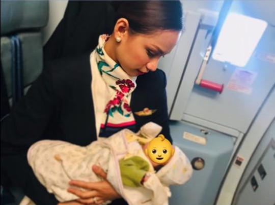 Comissária amamenta bebê de passageira durante voo