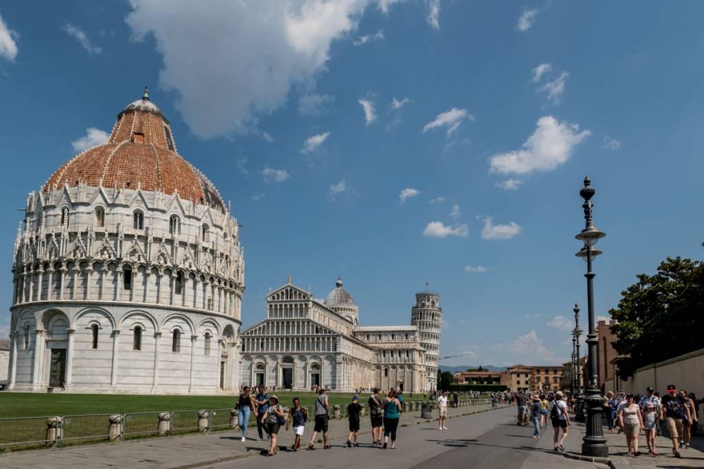A Piazza dei Miracoli, em Pisa: a torre pendente é apenas uma das atrações do complexo