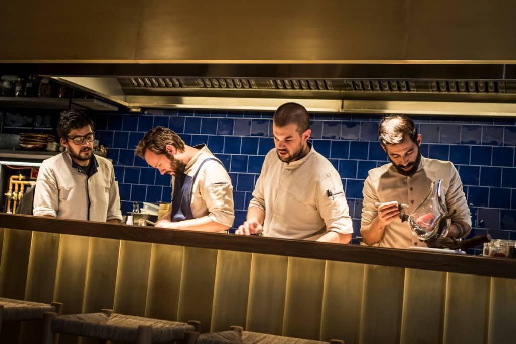 Cozinheiros em ação no balcão do Sála: sala moderninha, comida idem, ambiente histórico