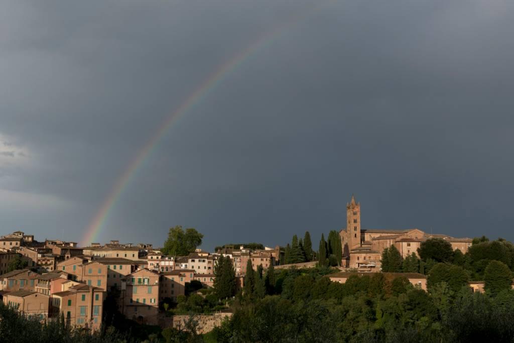 Depois da tempestade, a bonança: arco-íris no fim de tarde em Siena