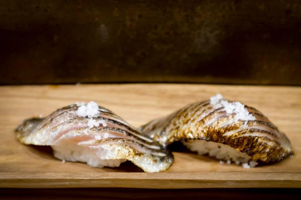 Dupla de niguiri de sardinha com flor de sal: momento uau