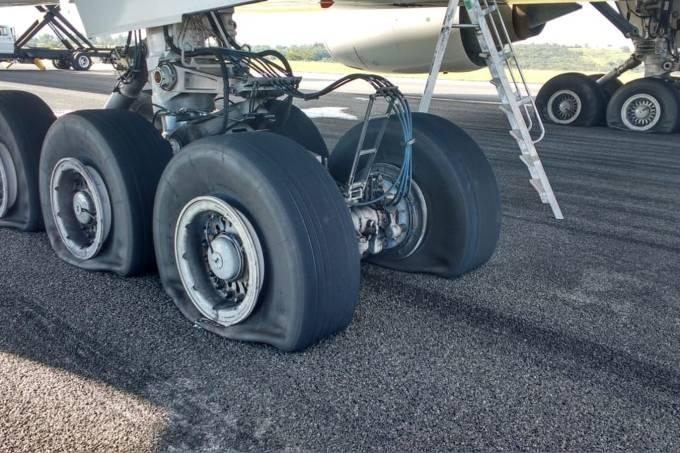 O avião teve 8 pneus danificados no pouso e interditou a pista do Aeroporto de Confins