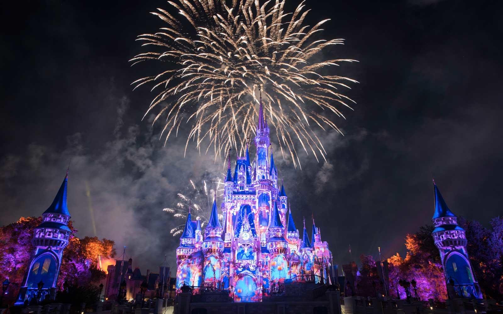 Fogos de artifício e balões em show no Magic Kingdom