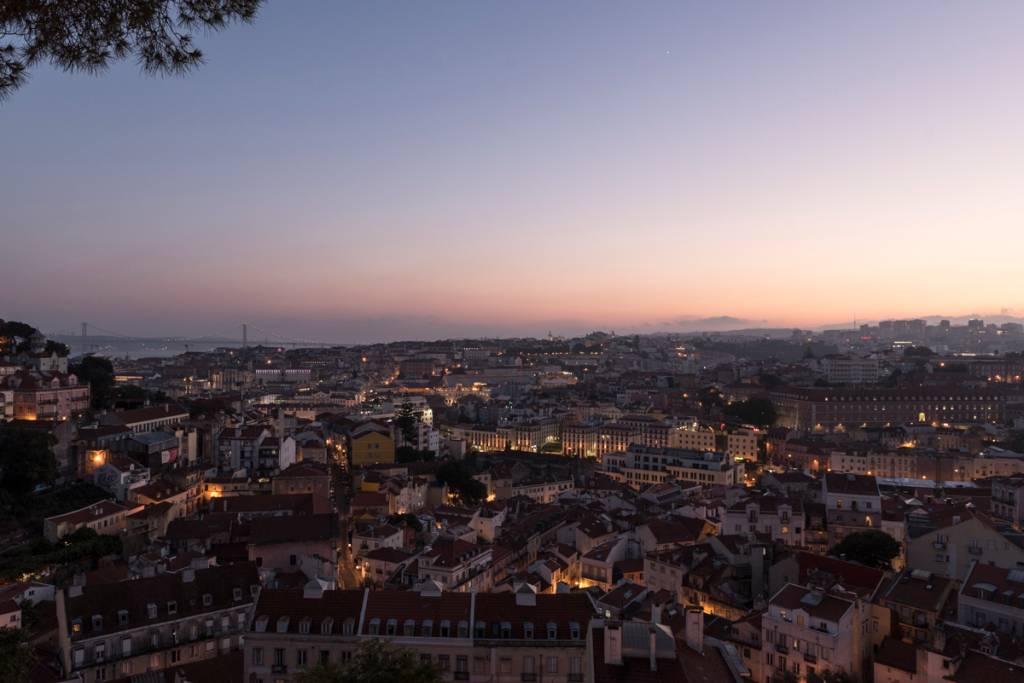 A linda vista de Lisboa a partir do Castelo de São Jorge ao fim do dia