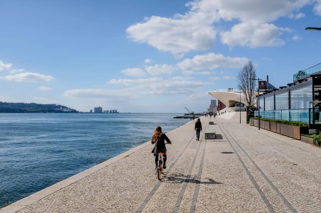 Passeio de bike à beira-rio em Belém, com o MAAT ao fundo