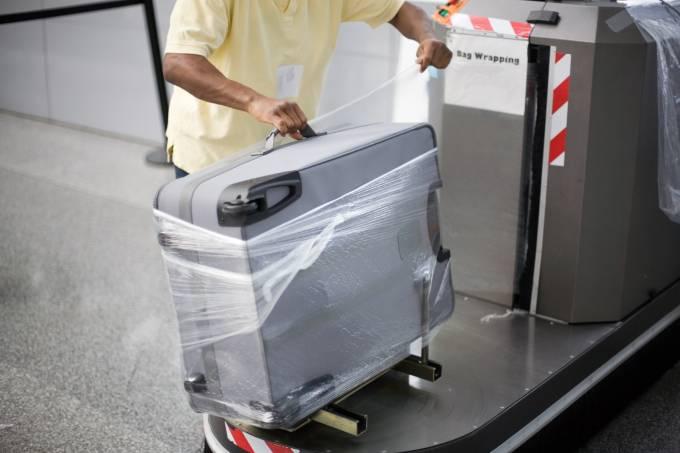 Mala embalada em plástico no aeroporto