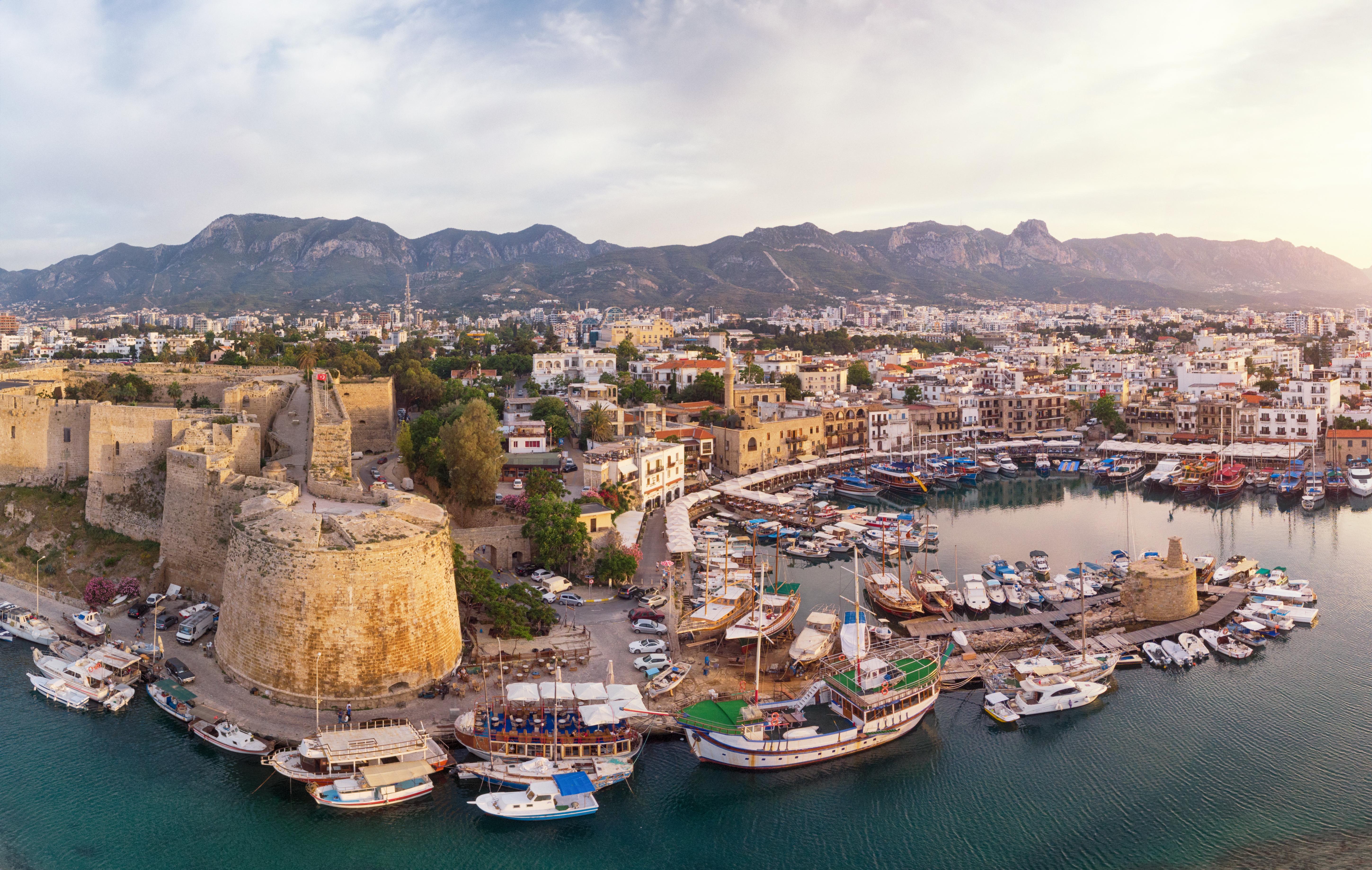 Vista aérea da cidade de Cirênia, Chipre