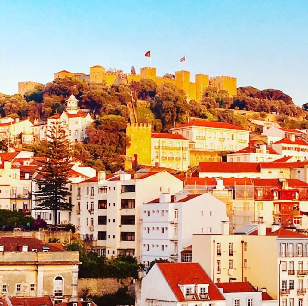 O Castelo de São Jorge, em Lisboa, ao pôr do sol: cadê inverno?