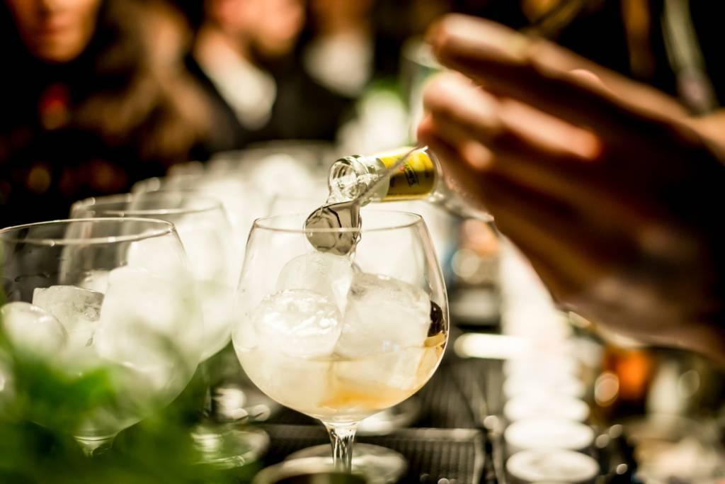 Bartenders em ação na Gin Lovers, no Príncipe Real: mais de 50 receitas só de gin tônica