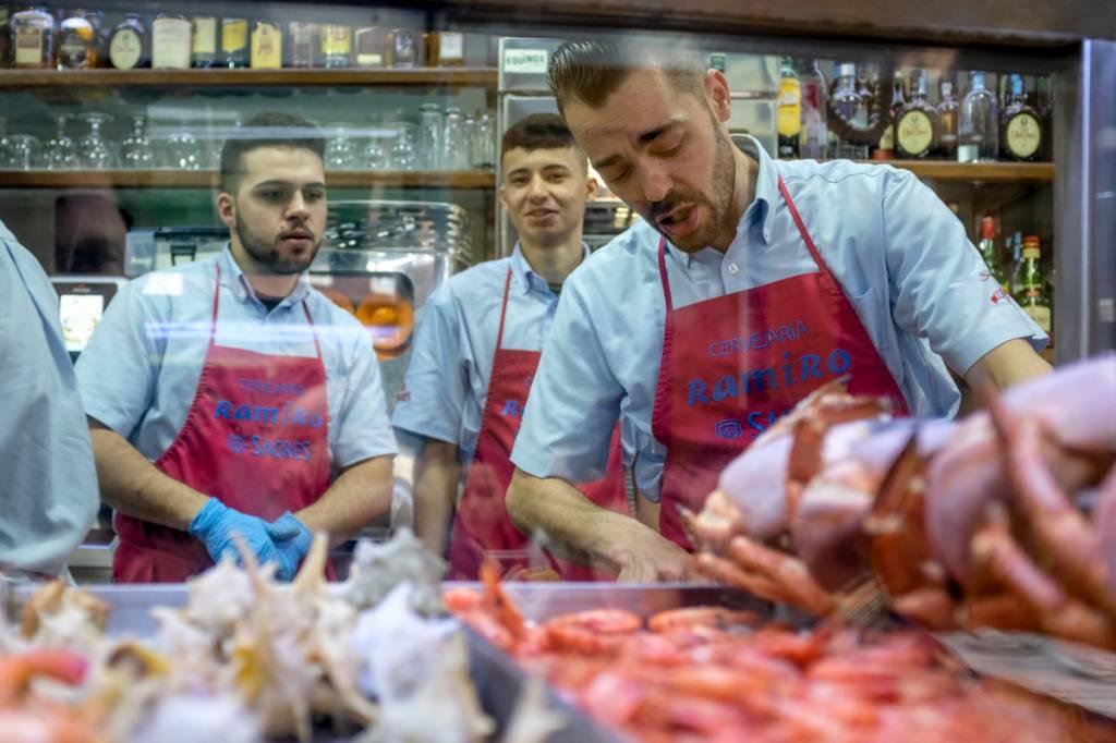 O balcão fresquíssimo da Cervejaria Ramiro: frutos do mar imbatíveis e concorridos