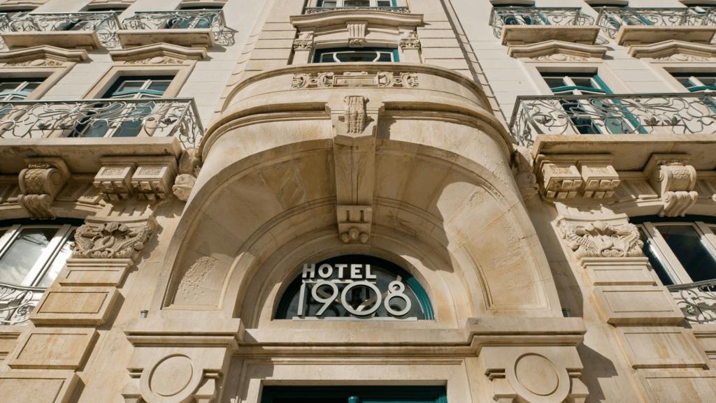 A bela fachada do 1908 Lisboa Hotel: puro glamour de volta