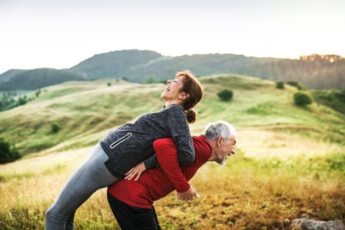 Casal de idosos se exercitando