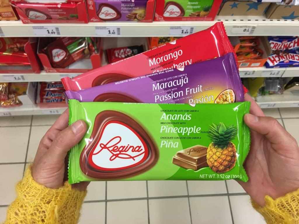 Chocolates Regina: sabor de infância para os portugueses. Esqueça os chocolates gourmet; esses são doces e, se tiverem recheio de frutas, ainda melhor. Os tabletes de 100g de morango a ananás custam € 1,89*; o de maracujá, € 1,45*.
