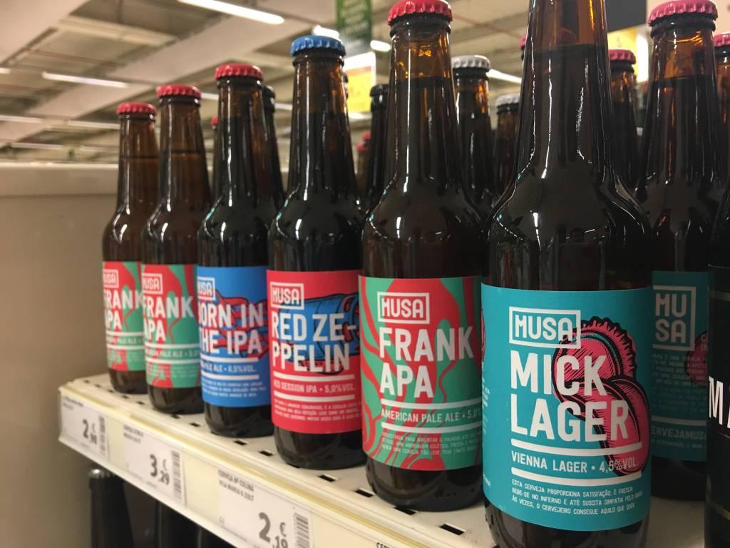 Cervejas Artesanais: a moda chegou a Portugal (e ainda bem!). As da Musa são ótimas, além de terem rótulos que eu simplesmente amo. Preços das garrafas de 330ml: # 2,39* (Lager e Red Ale); € 2,90* (APA).