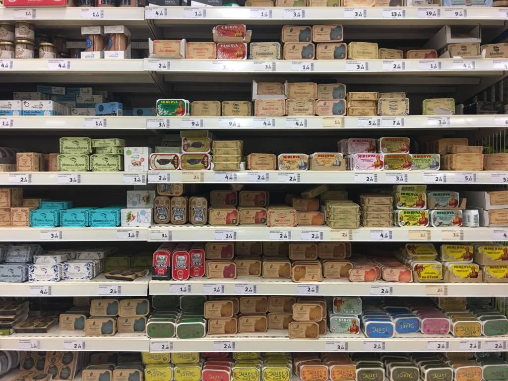 Latinhas de conserva: as embalagens são tão lindas que elas já ganharam status de suvenir. Mas o fato é que são a paixão dos portugueses. Há de tudo: sardinhas, atum, polvo, carapau... O molho também é variadíssimo: pode ser em óleo, em água, em molho de tomante, em molho picante, em azeite... Os produtos da marca Socilink custam entre €2,90* (sardinhas em escabeche) e € 9,90* (polvo defumado em azeite).
