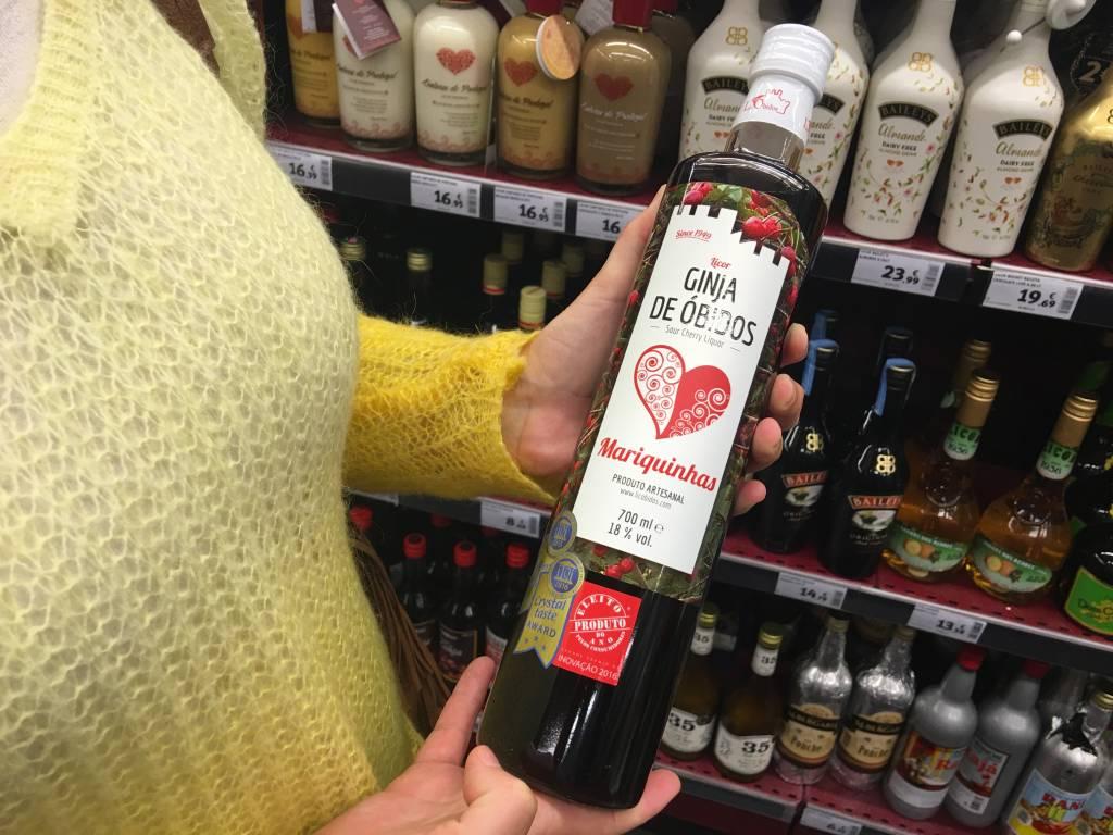 Ginjinha: este já é mais manjado. O licor de ginja (uma espécie de prima de cereja) é a marca registrada de Óbidos, onde geralmente é servido em copinhos de chocolate. Esta garrafa da marca Mariquinhas, de 700ml, custa € 13,49*.