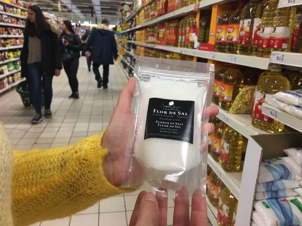 Flor de Sal: Portugal produz sal dos bons. As regiões mais famosas são o Algarve, Aveiro e Rio Maior. Este pacote de 200g, do Algarve, da marca Campos Santos, custa € 2,59*.