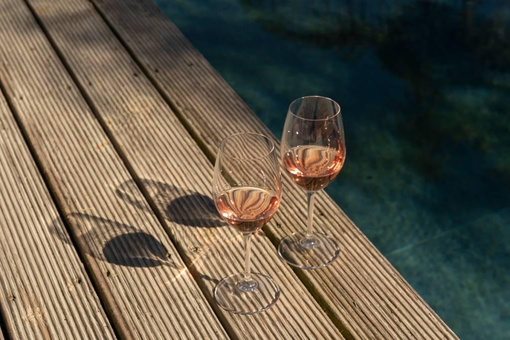 Relax à beira da piscina, com o rosé da casa