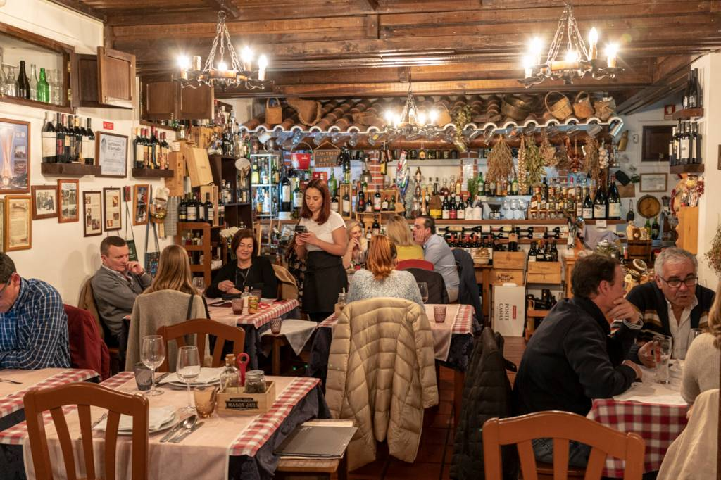 O salão do restaurante: ares de mercearia, clima de festa no interior