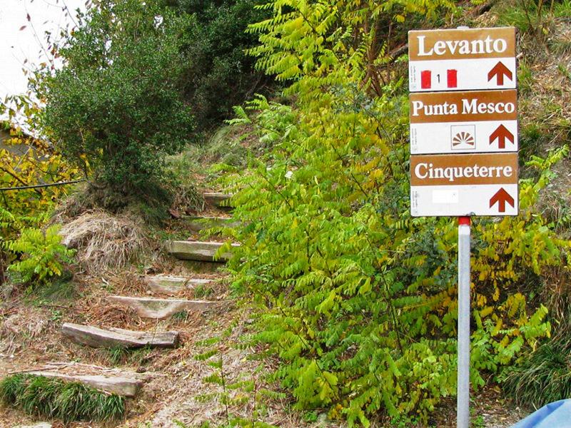 Placas na trilha do Parque Nacional de Cinque Terre, Itália