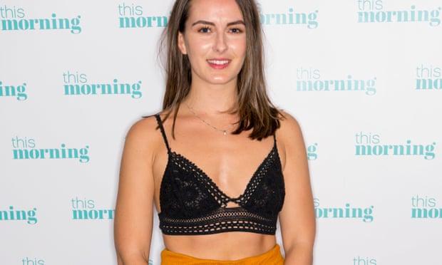 Emily O'Connor, jovem britânica que foi acusada de usar roupa inapropriada em avião