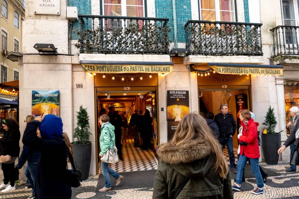 A fachada da loja da Baixa em Lisboa: entra e sai constante
