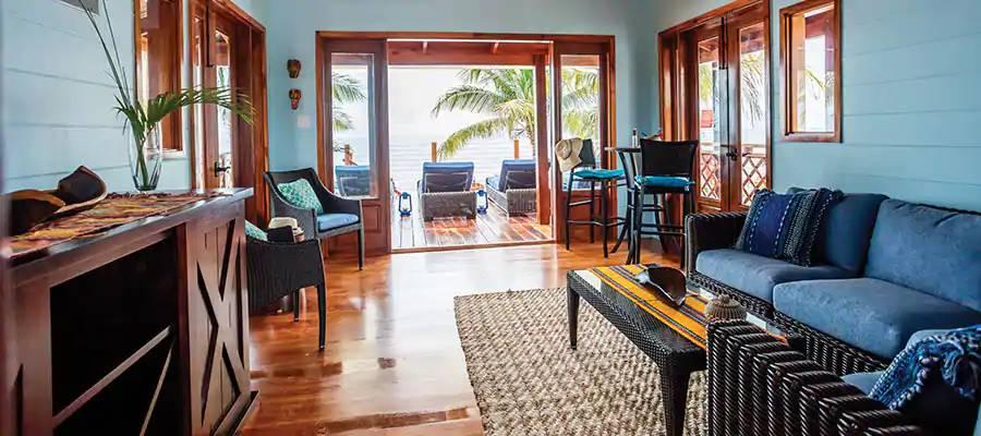 Interior de uma cabana na Harvest Caye, ilha da Norwegian Cruise Line em Belize