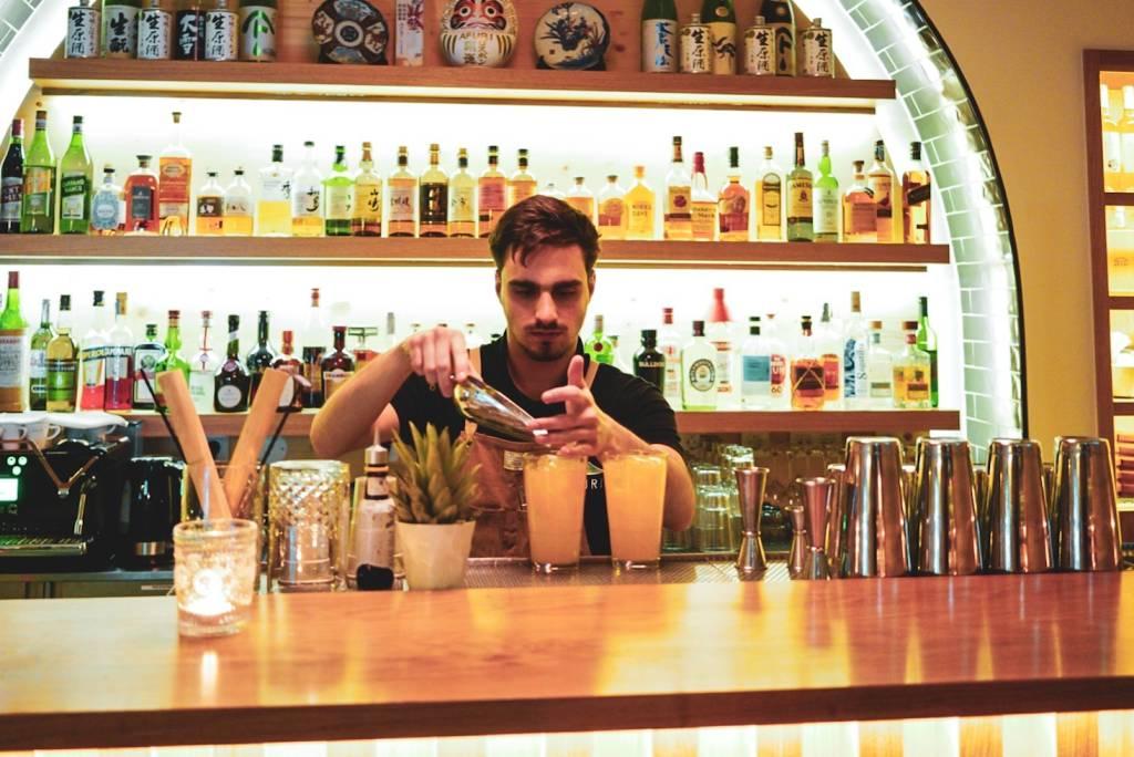 O bar, que fica logo na entrada: drinques e saquês especiais