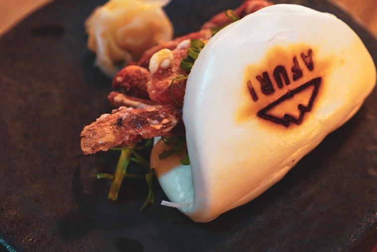 Bao de caranguejo de casca mole: pão macio, recheio crocante, molhinho delícia