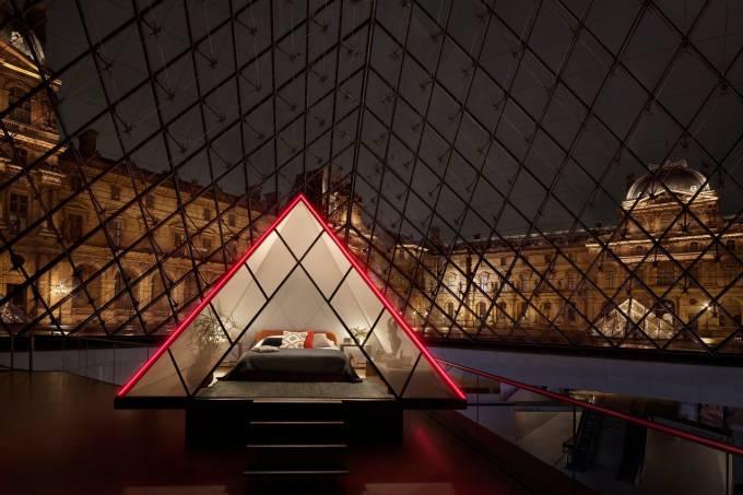 Acomodação dentro da pirâmide do Museu do Louvre, em Paris