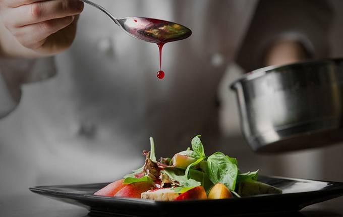Chef colocando molho na comida