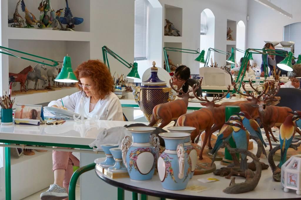 Pintura de porcelana na fábrica de porcelana de Vista Alegre