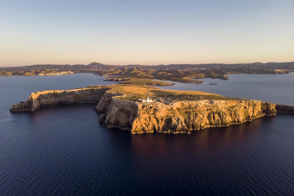 Cabo de Cavalleria, o melhor camarote com ala VIP para ver o sol desaparecer no mar em Menorca