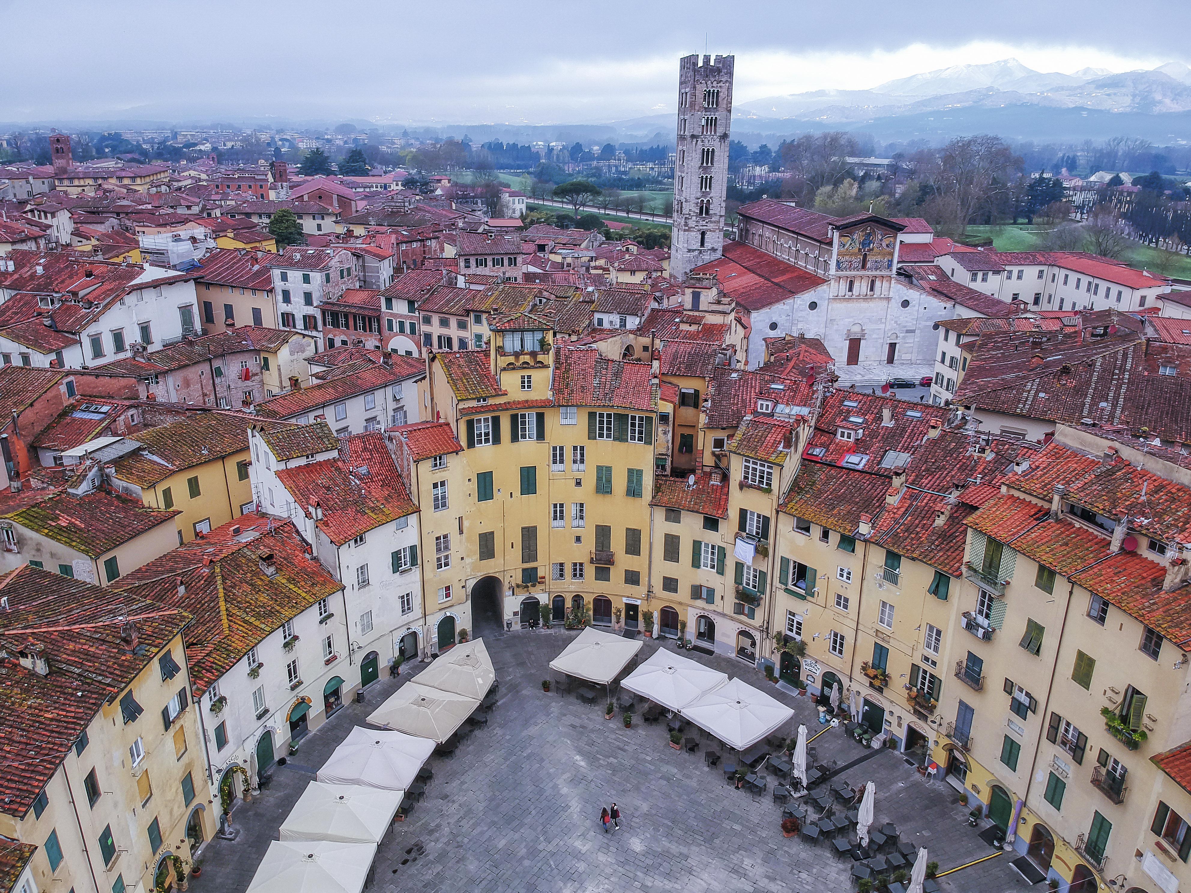 A Piazza dell'Anfiteatro, em Lucca, é uma graça