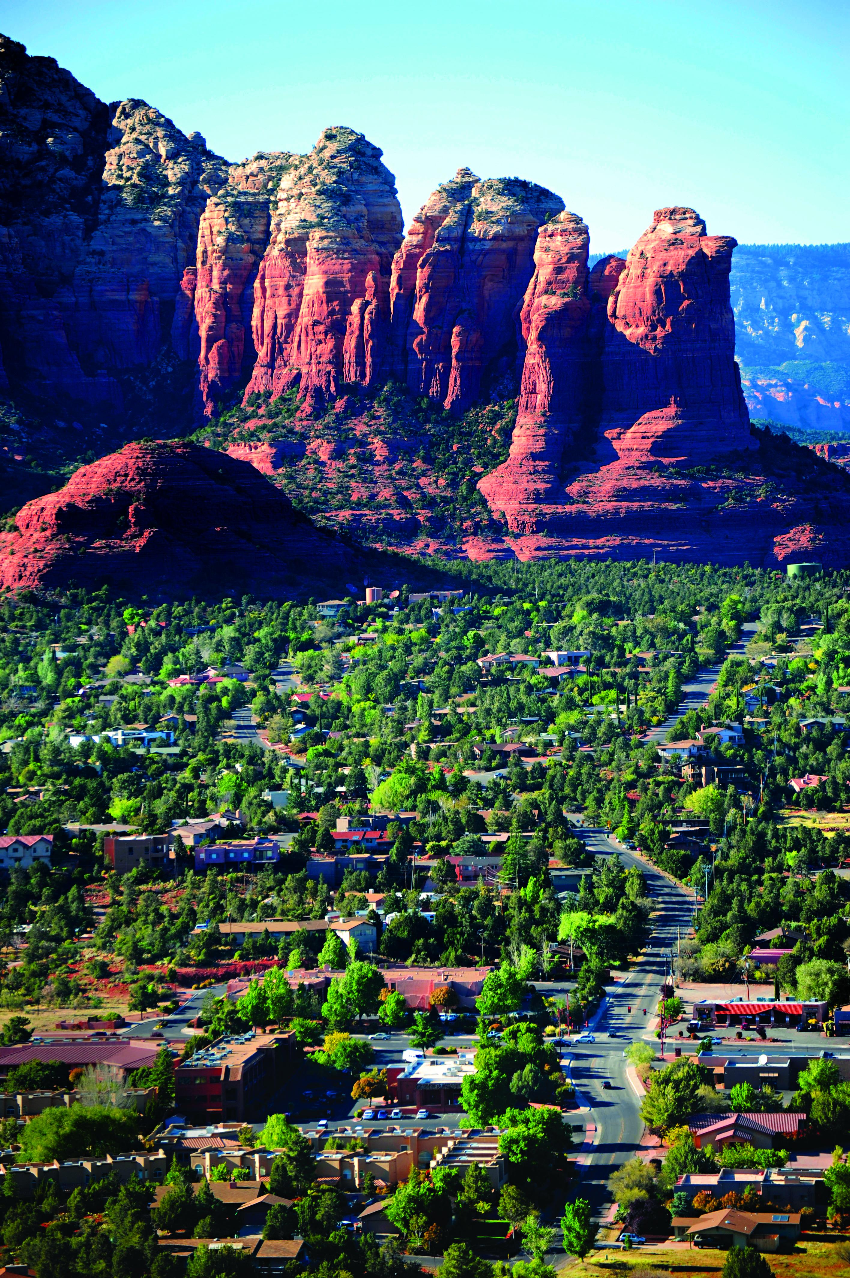 Montanhas vermelhas abraçam a pequena e verdejante Sedona