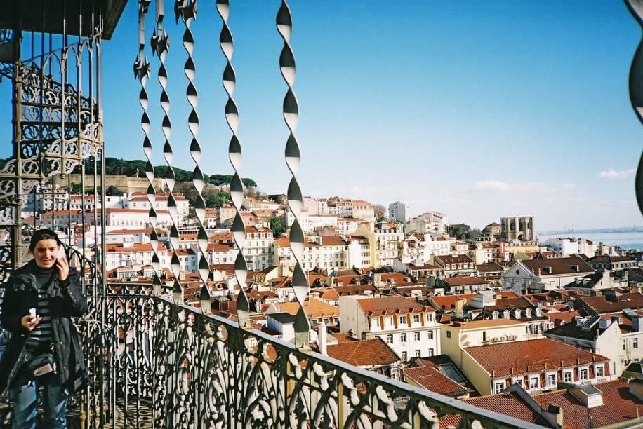 O Elevador de Santa Justa leva a um terraço de onde se tem uma vista panorâmica do Bairro Alto e Chiado