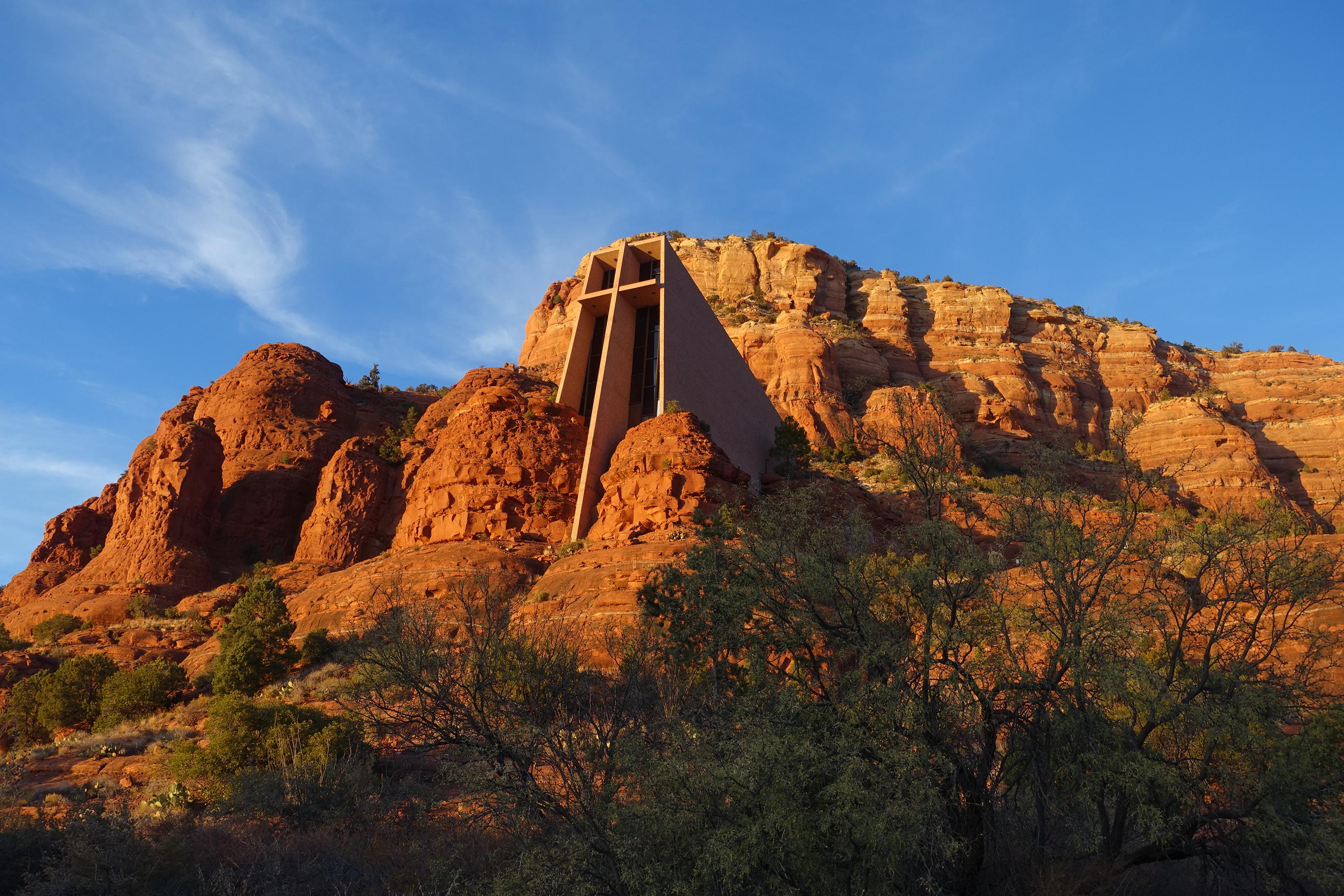 A Capela da Cruz Sagrada fica em um local um tanto inusitado