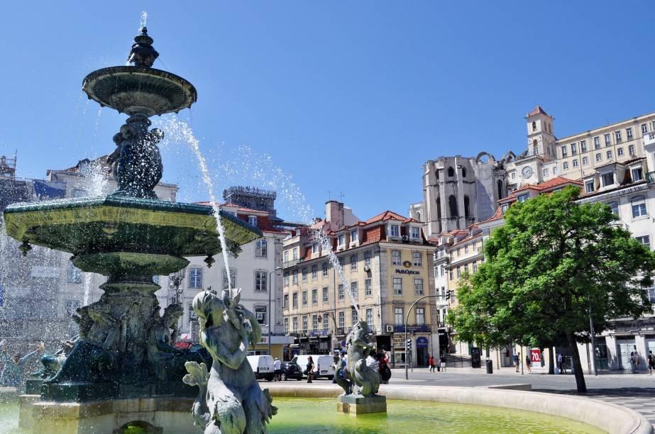 A Praça do Rossio abriga uma estátua de Dom Pedro I, duas fontes e o Teatro D. Maria II. A típica calçada portuguesa, com pedras azuis e brancas, lembram as ondas do mar