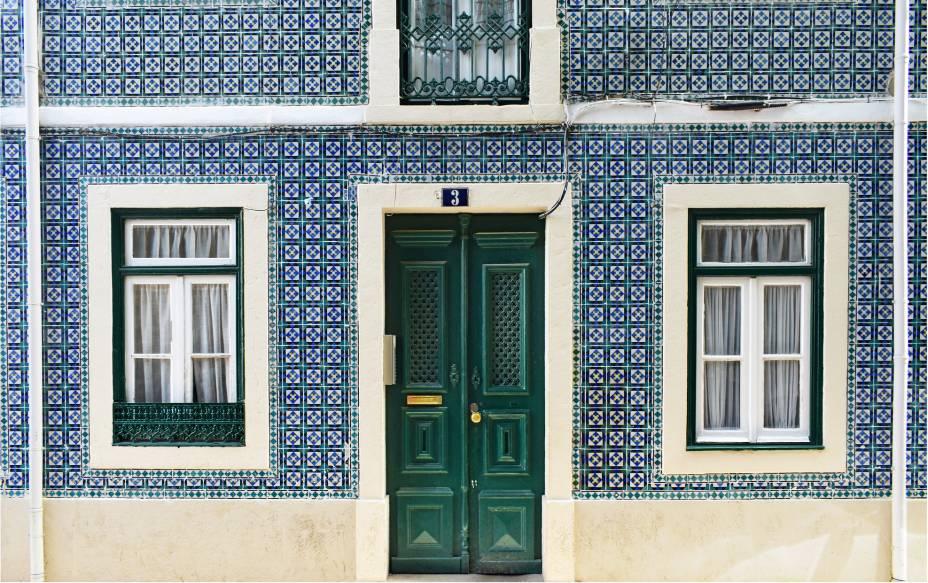 Esparramada pelas colinas que ladeiam o lendário Rio Tejo, Lisboa tem telhados vermelhos e azulejos coloridos; e becos e ruelas que guardam preciosidades de um rico passado. O nosso próprio passado