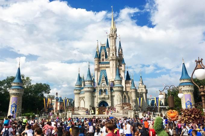 A multidão em frente ao castelo da Cinderela será uma das únicas que você terá que driblar, no Magic Kingdom, Orlando, EUA