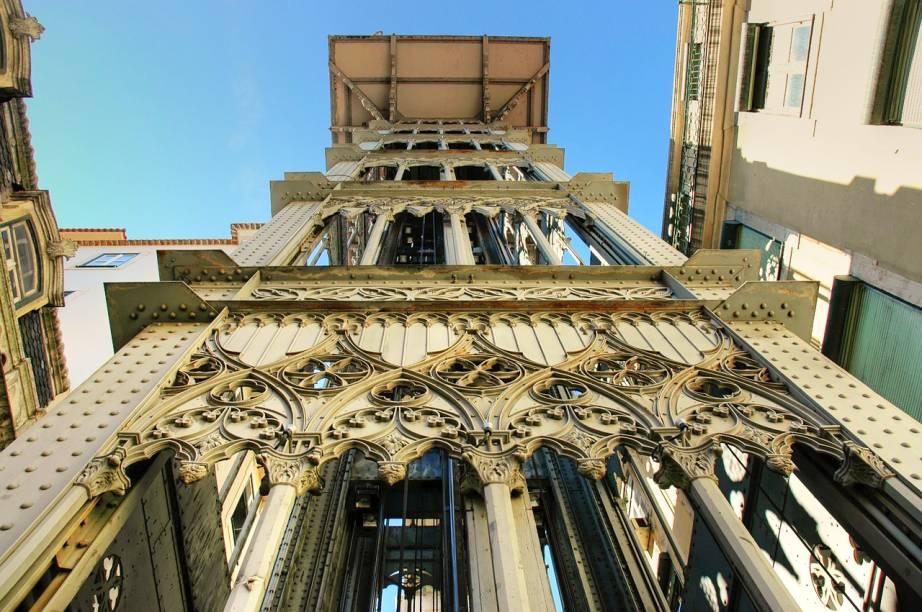 Com bela estrutura neogótica, o Elevador de Santa Justa sai da Baixa, sobe 45 metros de altura até chegar ao Largo do Carmo