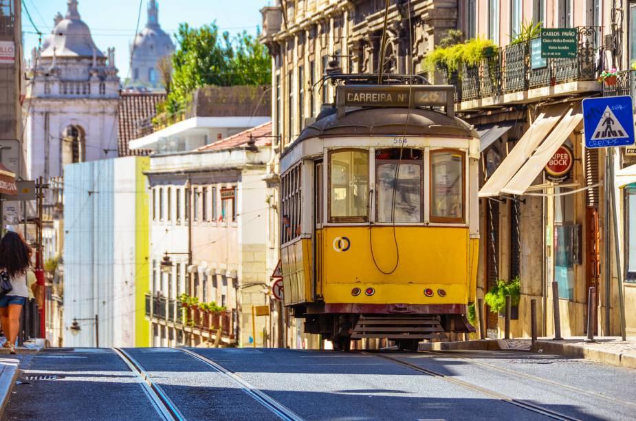 O clássico bondinho amarelo da linha 28, forrado de madeira, percorre os bairros históricos da cidade, em um verdadeiro city tour