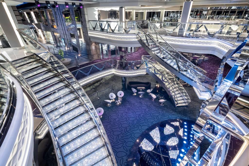 O degraus do Infinity Atrium são Swarovski até o último quilate, MSC Bellissima