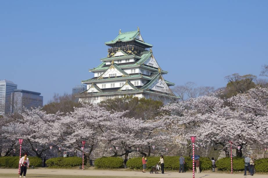 Castelo de Osaka e cerejeiras, que florecem entre o fim de março e início de abril