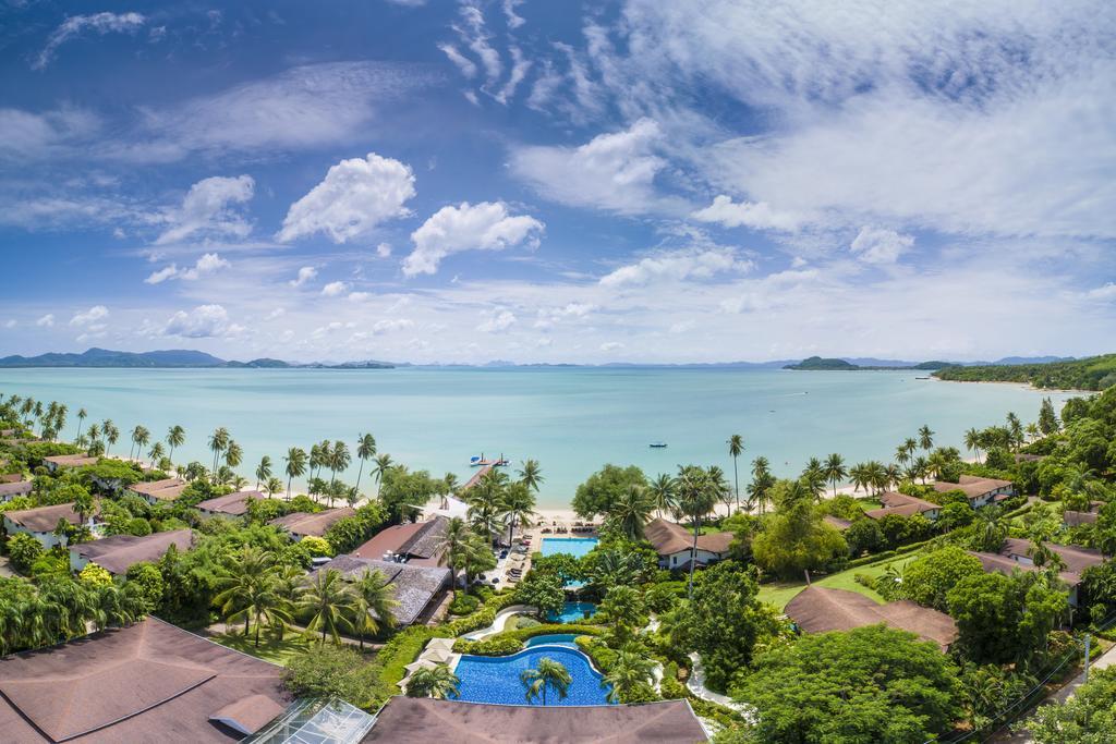 O hotel The Village Coconut Island Beach Resort fica na beira do mar