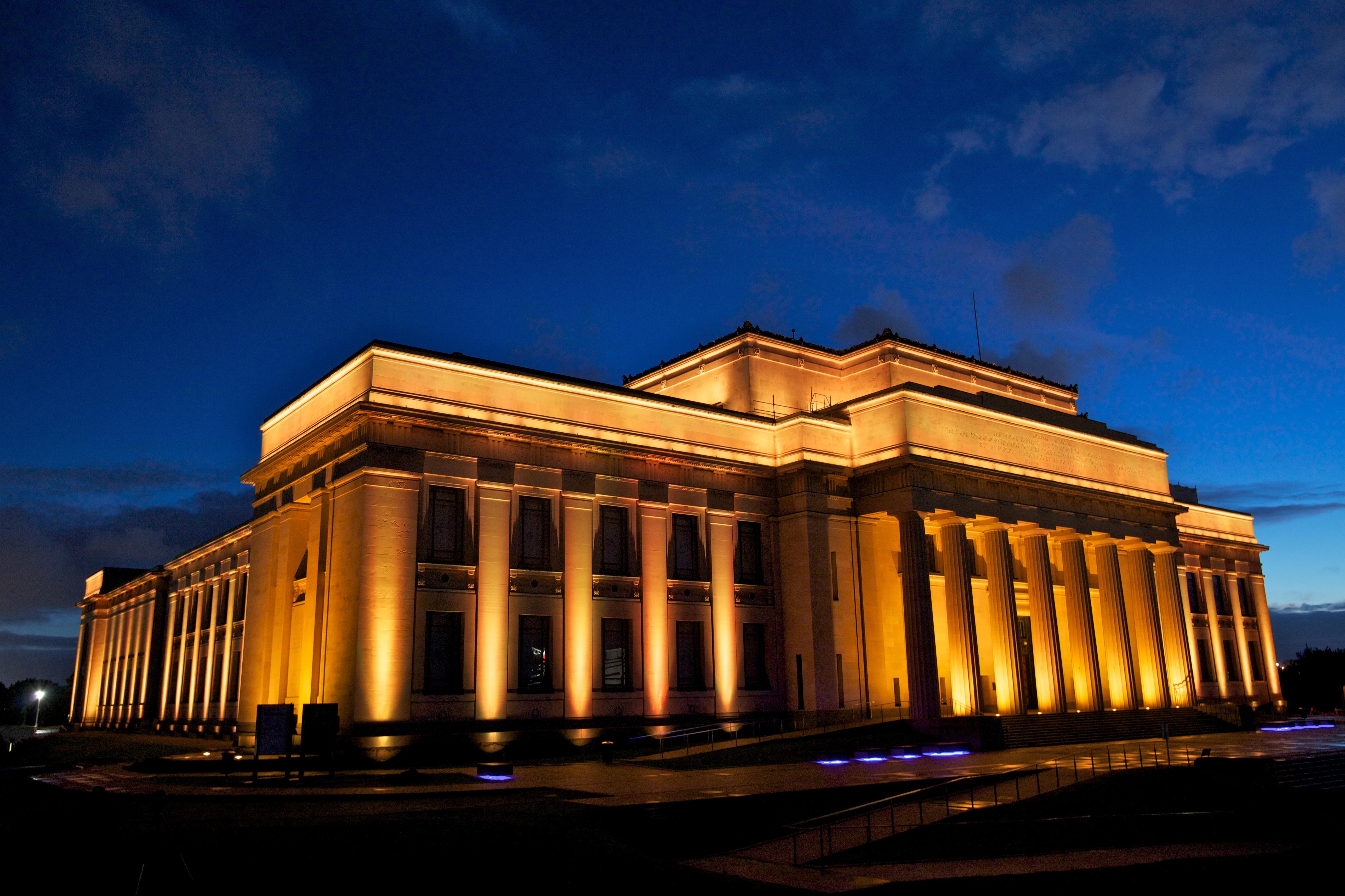 Fachada iluminada do War Memorial Museu, em Auckland, Nova Zelândia
