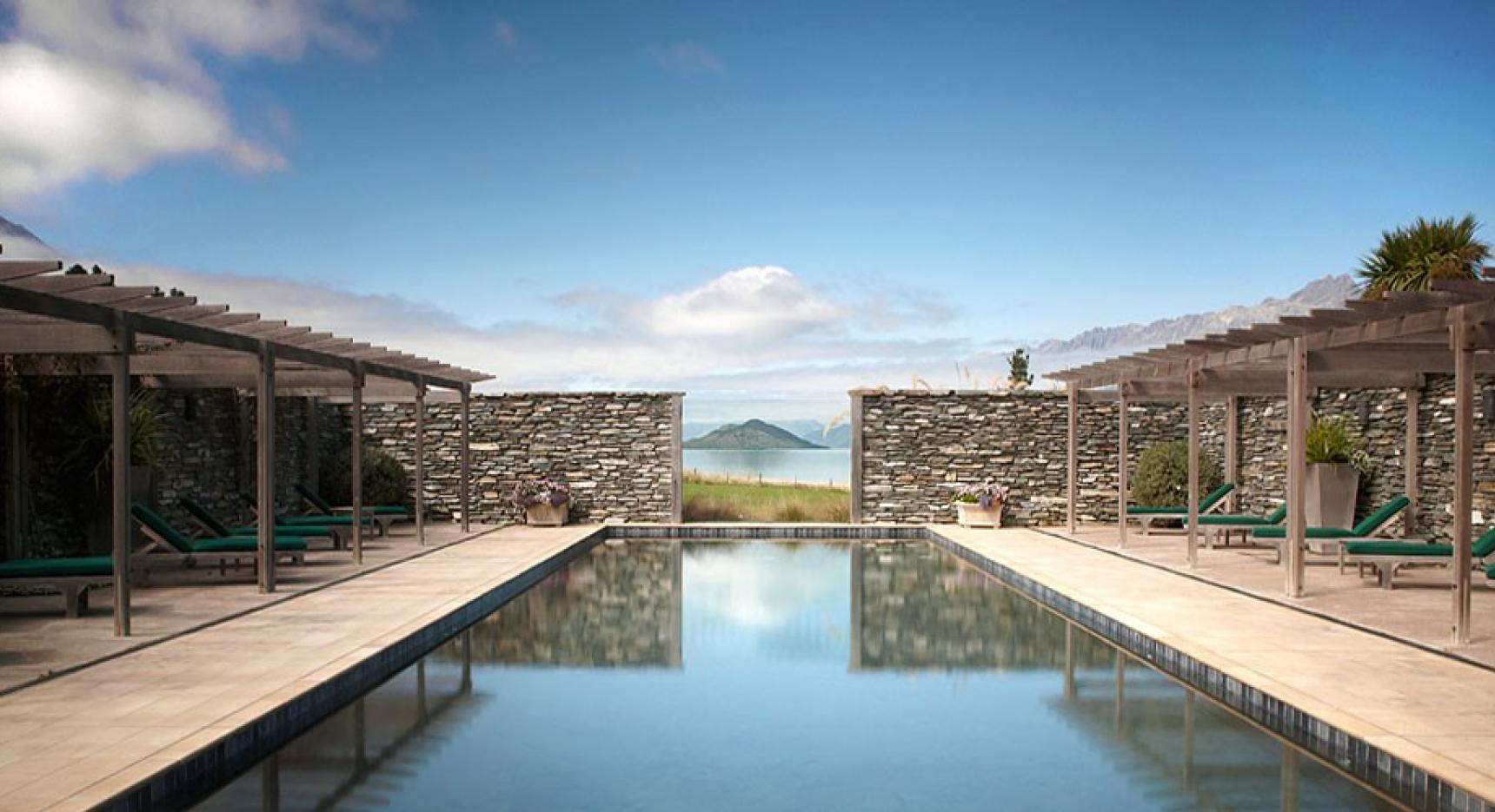Vista da piscina do hotel Blanket Bay, Queenstown, Nova Zelândia