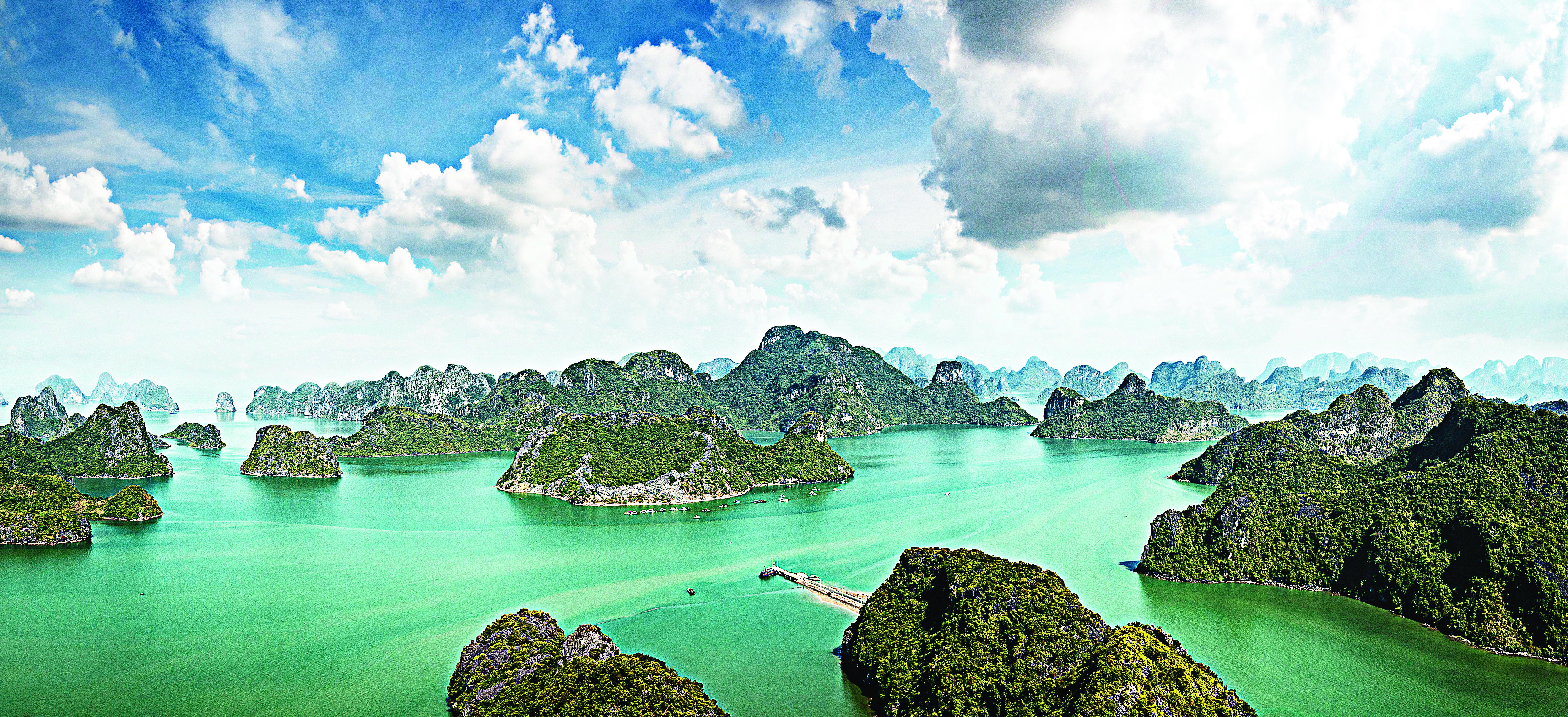 Mar de ilhas em Halong Bay